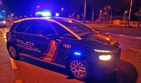 Sucesos.- Un detenido en Guadalajara por atacar a varios vehículos policiales con un hacha tras discutir con una mujer