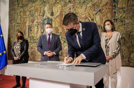 """Santi Cabañero firma con el Gobierno de C-LM la edición """"más ambiciosa"""" del Plan Extraordinario por el Empleo, que dará empleo a unas 2.800 personas en la provincia de Albacete"""