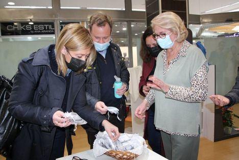 Carmen Picazo y Vicente Casañ visitan el rastrillo solidario de Manos Unidas en Albacete