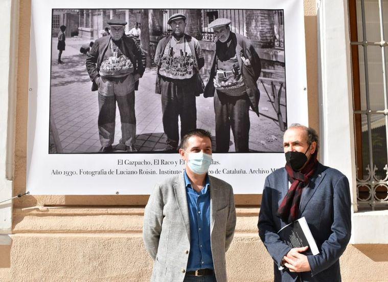 La exposición 'La Cuchillería de Albacete en imágenes' ya luce en la fachada de la Diputación como antesala a su recorrido por otras localidades de la provincia