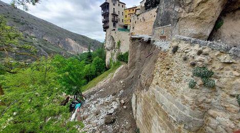 Sucesos.- Se derrumba parte de la calle Canónigos de Cuenca, en pleno Casco Histórico