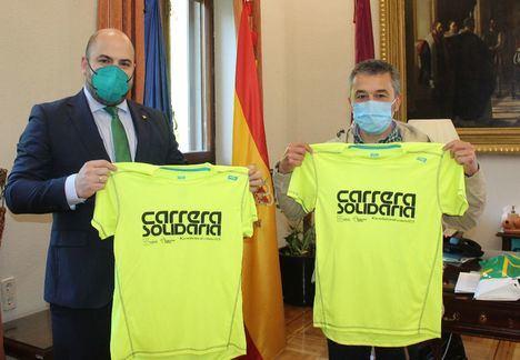 Foto: El director territorial de Eurocaja Rural de Albacete, Carlos Prior, entrega la camiseta a Miguel Juan.