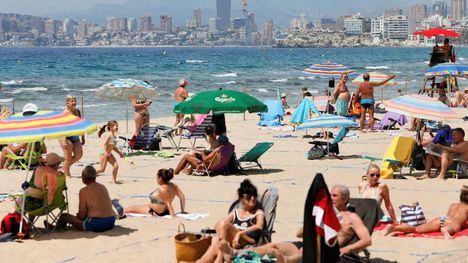 Atascos en carreteras y playas concurridas en el primer fin de semana en España sin estado de alarma
