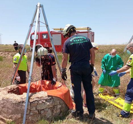 Los bomberos del SEPEI rescatan a una mujer del interior de un pozo en la carretera de Montealegre del Castillo a Corral-Rubio