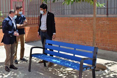 El Ayuntamiento de Albacete renueva el mobiliario urbano de los patios de los centros educativos