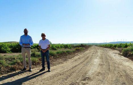 Fran Valera supervisa en Fuente-Álamo los trabajos de mejora que la Diputación ejecuta con medios propios en diferentes caminos rurales de la localidad