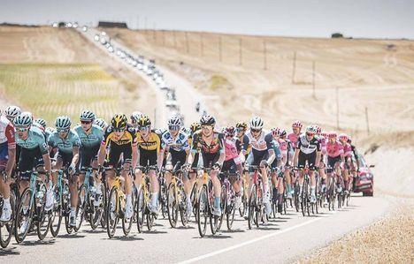 El presidente de Castilla-La Mancha, Emiliano García-Page, asiste a la llegada a meta de la cuarta etapa de la Vuelta Ciclista a España 2021