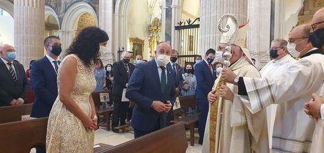 Emilio Sáez asiste junto a otros representantes institucionales, a la misa en honor a la Virgen de Los Llanos en la Catedral de Albacete
