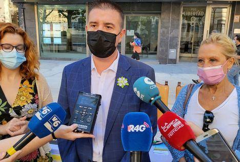 Santi Cabañero reitera el apoyo de la Diputación de Albacete a la AECC durante la tradicional cuestación septembrina de la entidad