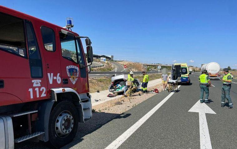 Los bomberos del SEPEI rescatan con éxito a una persona atrapada en el interior de un vehículo tras un accidente de tráfico en la A-30, a la altura de Pozo Cañada