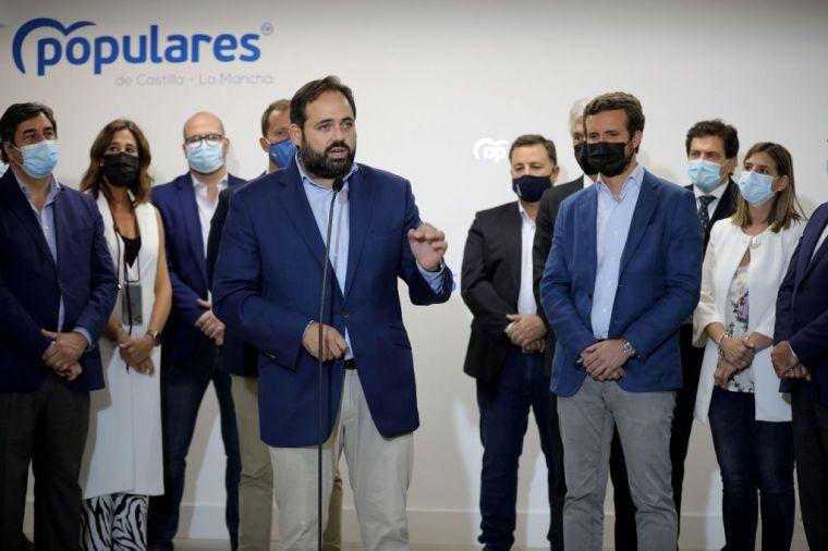Todo el PP de la región agasaja a Casado en la inauguración de la sede del partido en Toledo, con Ayuso reunida con Page
