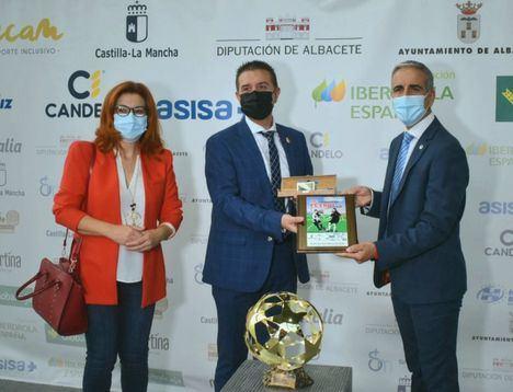 El presidente de la Diputación destaca la labor que realiza FECAM para hacernos avanzar como sociedad a través del deporte y les sigue tendiendo la mano