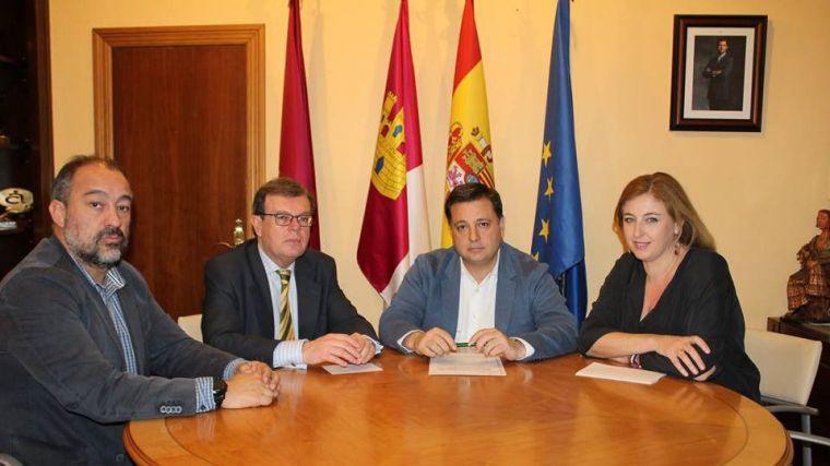 El alcalde, Manolo Serrano informa en su facebook que ha mantenido un encuentro con Miguel Ángel Collado, rector de la Universidad