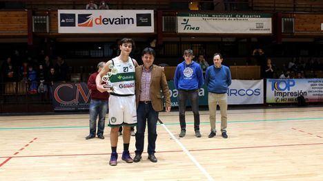 Francisco Navarro entrega el trofeo al ganador de la Copa Junior Autonómica de Baloncesto