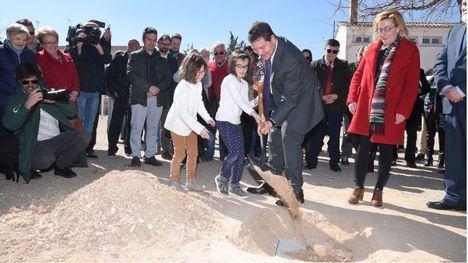 El presidente de Castilla-La Mancha, Emiliano García-Page, ha colocado la primera piedra del nuevo colegio de Casas Ibáñez