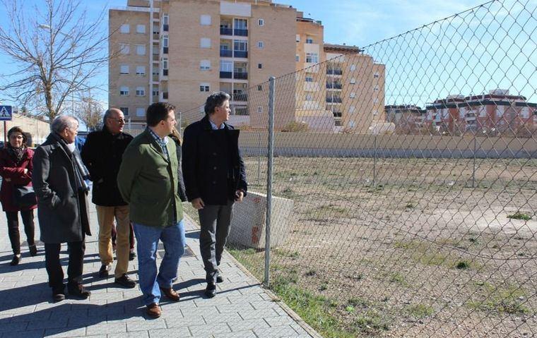 Manuel Serrano explica a los vecinos del barrio Cañicas-Imaginalia el proyecto del nuevo centro socio-cultural dotado con 800.000 euros