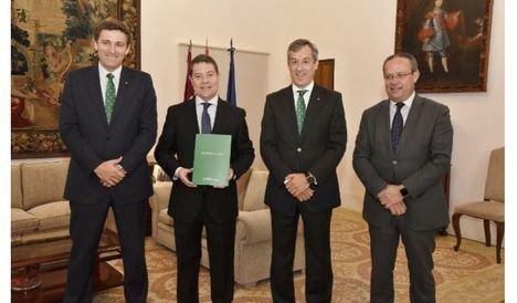 Caja Rural Castilla-La Mancha entrega su Memoria Anual al presidente regional