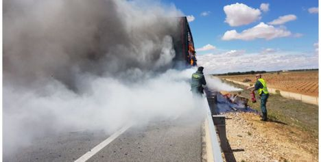 El incendio de un camión cargado de plástico y obliga a cortar la A-43 en Villarrobledo
