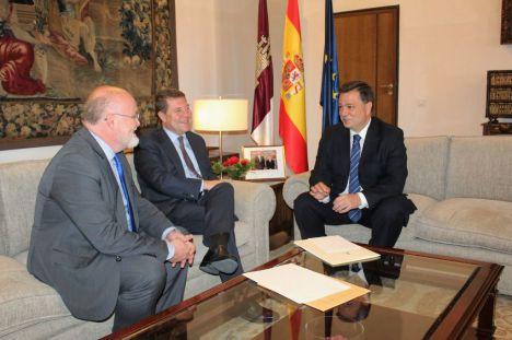 El alcalde exige a Page un mayor compromiso en el desarrollo de proyectos sanitarios, educativos y en infraestructuras para la ciudad de Albacete