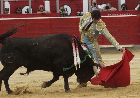 En la corrida de Asprona, López Simón y Cayetano, cortaron una oreja cada uno en una tarde de tono bajo