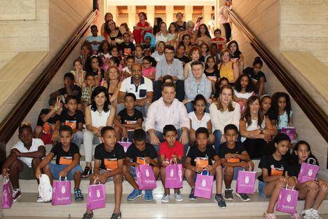 El alcalde destaca la solidaridad de las familias albaceteñas que acogen a los 68 niños saharauis participantes en el programa 'Vacaciones en paz'