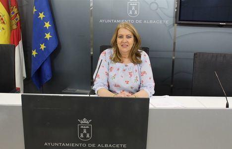 Llanos Navarro informa de que el nuevo contrato de repostería que está licitación dotará a los trabajadores del servicio de jornada completa