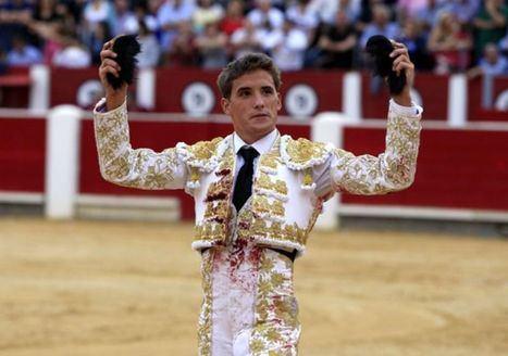 Diego Carretero a hombros en su presentación como matador de toros en Albacete