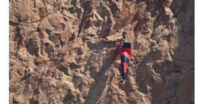 Rescatan a un joven, natural de Albacete, colgado a 100 metros cuando intentaba un salto base en Alicante