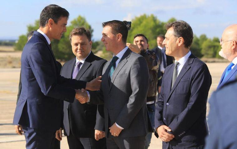 Santiago Cabañero y Manuel Serrano acompañan a Pedro Sánchez en su primera visita a la Base Aérea de Albacete como presidente del Gobierno