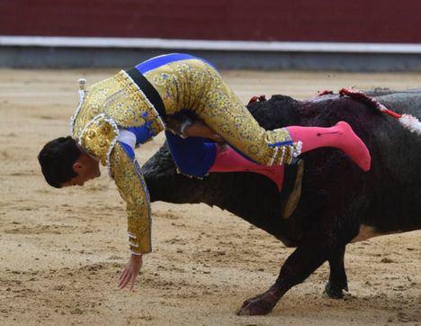 El torero albaceteño Rubén Pinar, intervenido de una cornada 'muy grave' en el muslo derecho