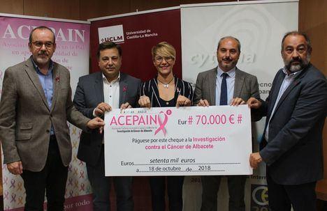 """El alcalde señala que el cheque de 70.000 euros que Acepain destina a la Unidad de Investigación del Cáncer va """"cargado de esperanza"""""""