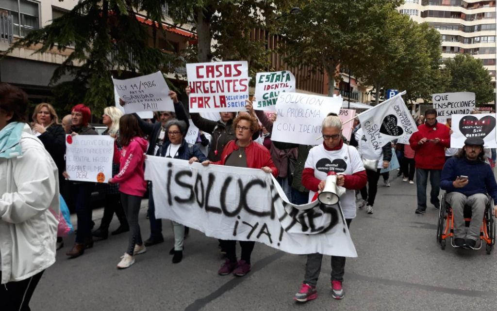 Varios centenares de afectados por el cierre de iDental se manifiestan de nuevo en Albacete