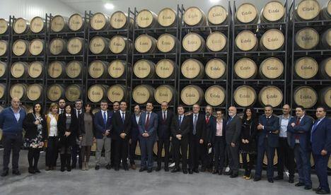 El presidente de Castilla-La Mancha, Emiliano García-Page, ha visitado las instalaciones de 'Bodegas Ayuso' en Villarrobledo