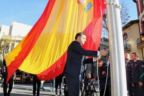 Una gran bandera de España de 35 metros cuadrados ondea en la ciudad de Albacete