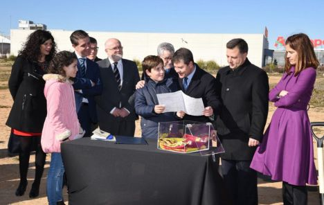 El presidente Page, coloca la primera piedra del que será nuevo colegio en el barrio de Cañicas-Imaginalia, en Albacete