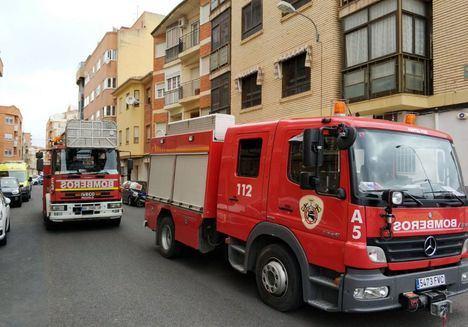 Trasladan al hospital de Albacete a una mujer de 85 años tras inhalar humo en el incendio en su vivienda