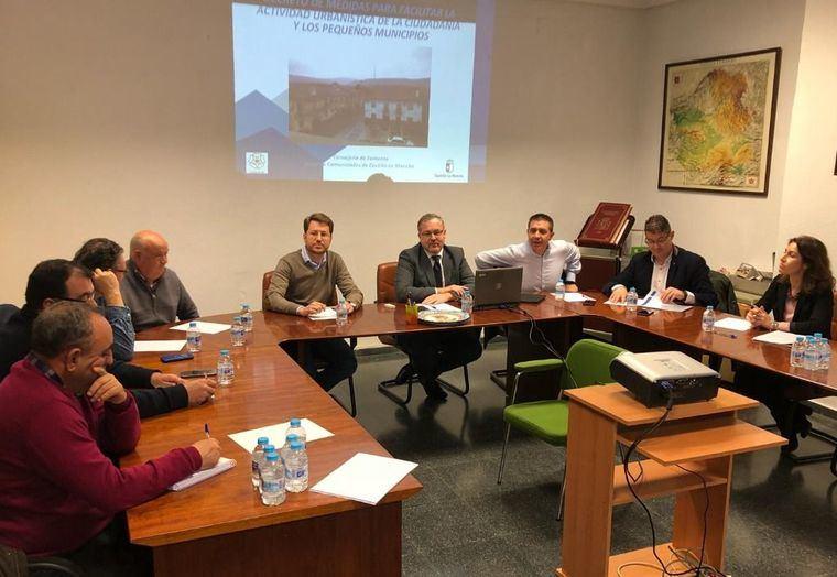 Santiago Cabañero participa en Cenizate en una Jornada informativa sobre el Decreto de la JCCM que facilita a los pequeños municipios su capacidad de desarrollo urbanísitico