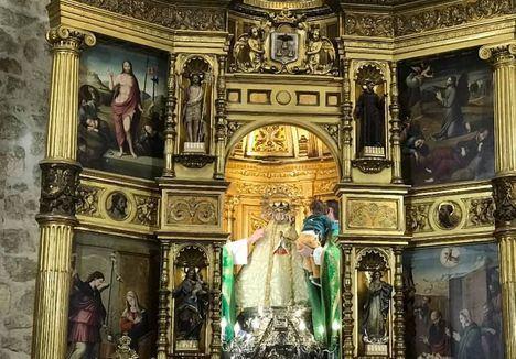 El camarín de La Virgen de Los Llanos abierto para presentar a los niños