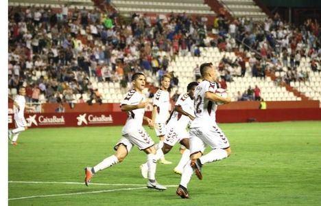 El Albacete, acompañado de cientos de seguidores, defiende el liderato ante un Zaragoza al alza