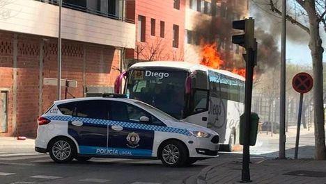 Espectacular incendio de un autobús en la Puerta de Chinchilla de Albacete, junto a Eroski