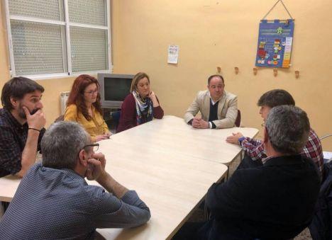 El candidato socialista a la Alcaldía de Albacete, Emilio Sáez, visita las instalaciones de APACEAL