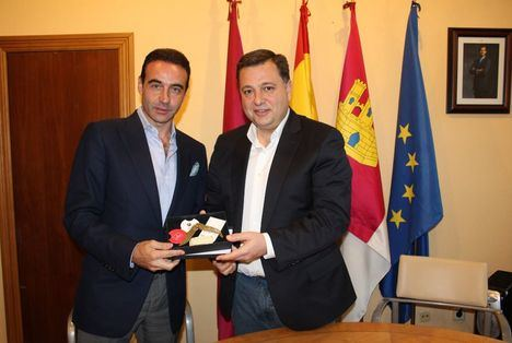 El Alcalde de Albacete, Manuel Serrano recibe en el Ayuntamiento al torero, Enrique Ponce