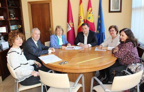 El alcalde reafirma su compromiso de colaboración con la Asociación Albacetense de Amigos de la Ópera