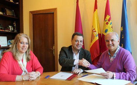 Manuel Serrano firma un convenio con la FAVA por valor de 75.000 euros para subvencionar su programa de actividades y servicios de 2019