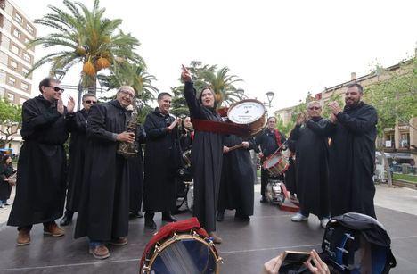 Encarnita Onrubia recibe su reconocimiento como 'Tamborilera del Año' en Hellín (Albacete)