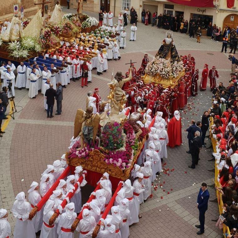 En Hellín, tras ocho años, el Encuentro de la Dolorosa con el Resucitado se lleva a cabo en la Plaza de la Iglesia por la lluvia
