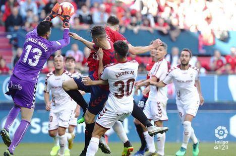 2-O. Osasuna lanzado al ascenso directo ante Albacete que se quedó con nueve
