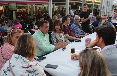 Manuel Serrano visita las tascas de la Feria acompañado de su candidatura y compromete el apoyo al Recinto y las fiestas de septiembre