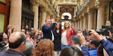 Inés Arrimadas, de Ciudadanos, apoya entre cañas a Carmen Picazo y Vicente Casañ en su visita a Albacete
