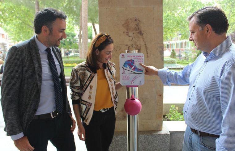 """El alcalde anima a los albaceteños a usar los nuevos """"Gumys"""" que ha instalado el Ayuntamiento en distintos puntos de la ciudad"""